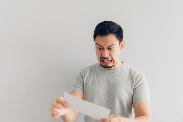 L'homme est fâché avec le message blanc ou la facture.