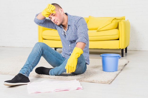 L'homme est fatigué de nettoyer