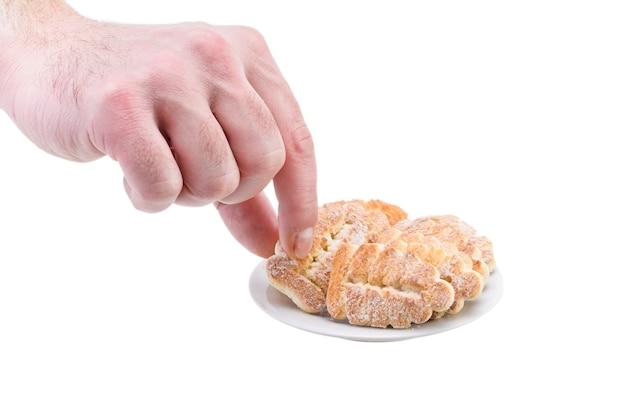 Un homme est titulaire d'un biscuit sucré avec du sucre sur une plaque