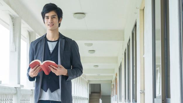 L'homme est titulaire d'un livre rouge au couloir.