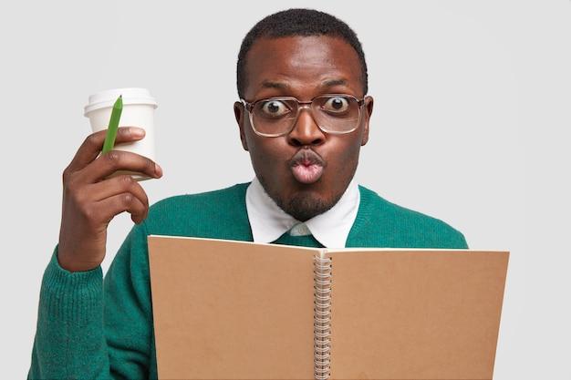 Homme ethnique noir fait la bouche aux lèvres