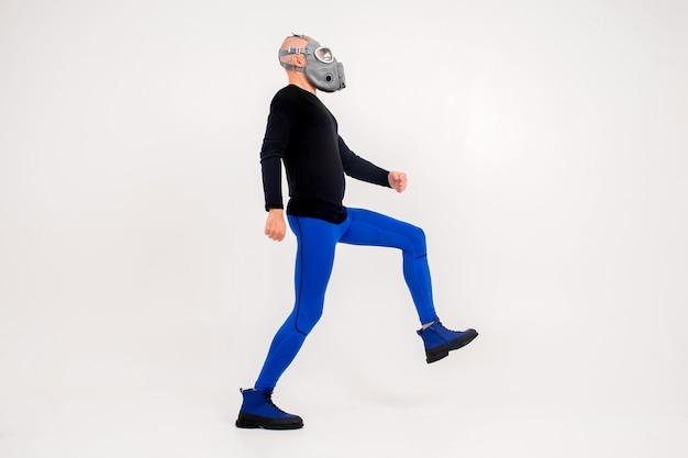 Homme étrange drôle en respirateur posant sur fond blanc