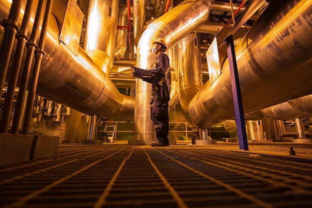 Homme d'être travailleur inspection visuelle à l'intérieur des centrales électriques de pipeline de réservoir de vanne de salle de contrôle