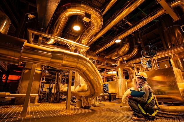 Homme d'être travailleur inspection visuelle à l'intérieur du pipeline de la salle de contrôle
