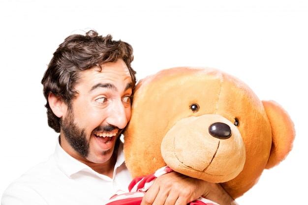 L'homme étreignant un grand ours en peluche