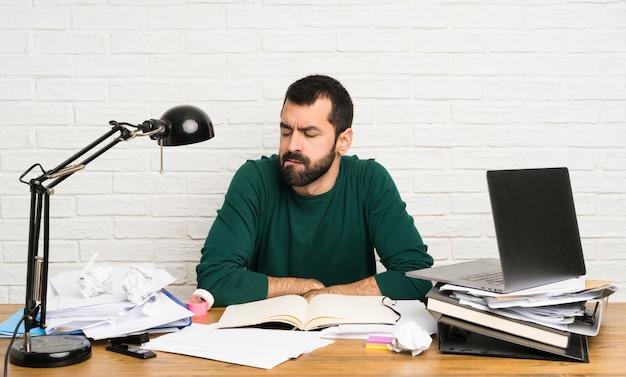 Homme étudiant avec une expression de visage confuse