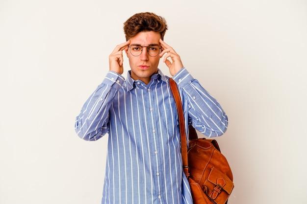 Homme étudiant gardant l'index pointant la tête
