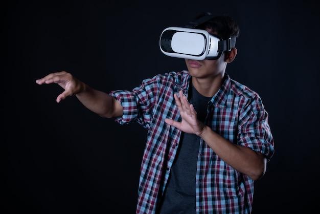 Homme étudiant portant des lunettes de réalité virtuelle, casque vr.