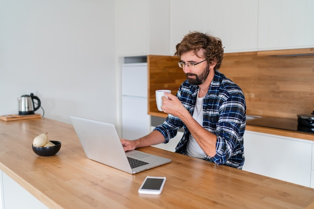 Homme européen avec barbe en chemise à carreaux