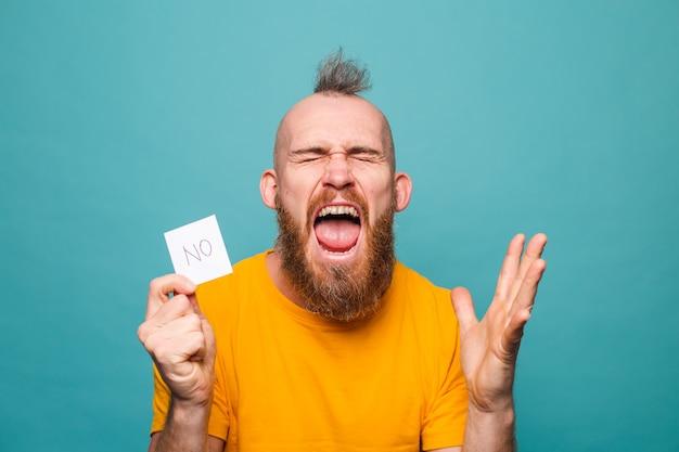 Homme européen barbu en chemise jaune isolé, ne tenant aucun cri de colère choqué