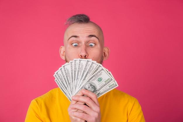 Homme européen, avec un ventilateur sur 100 dollars choqué, excité, étonné, espace isolé