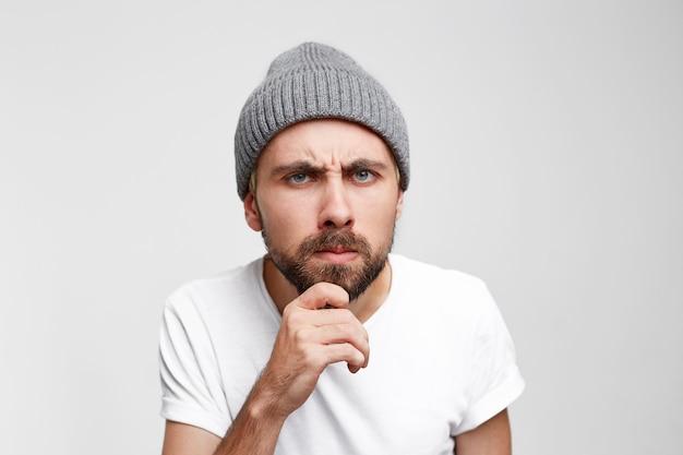Un homme examine très attentivement quelque chose, regarde et examine méticuleusement