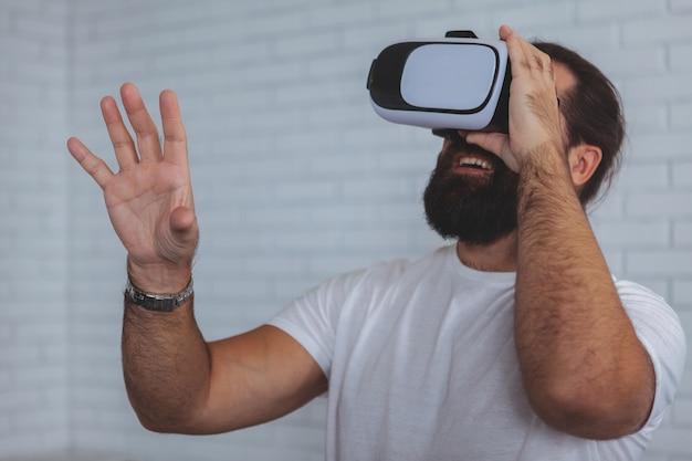 Homme excité à l'aide de lunettes de réalité virtuelle