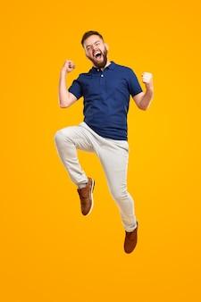 Homme excité célébrant le succès et sautant haut