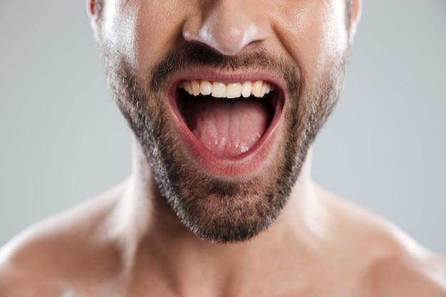 Homme excité à moitié face avec les épaules nues