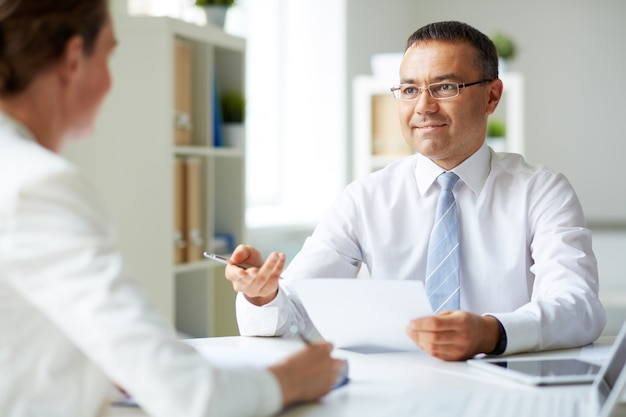 Homme exécutif faire une entrevue