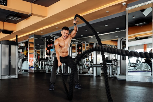 Homme exerçant avec une corde de combat