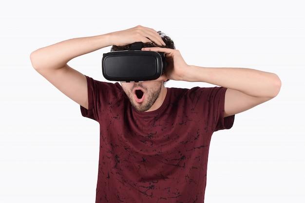 Homme expérimenté en réalité virtuelle.