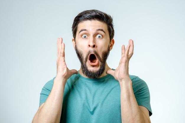Homme avec une expression choquée et étonnée