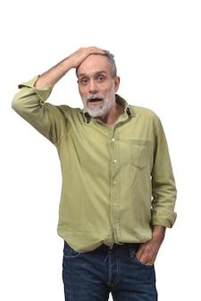 Homme avec une expression d'oubli ou de surprise sur fond blanc