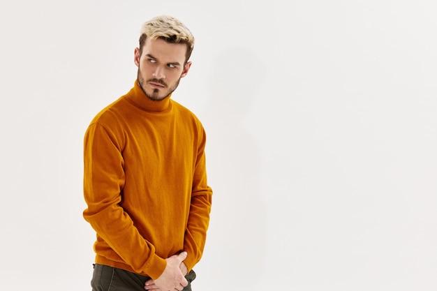 Un homme avec une expression sérieuse regardant l'espace de copie de mode de vêtements pour hommes de côté