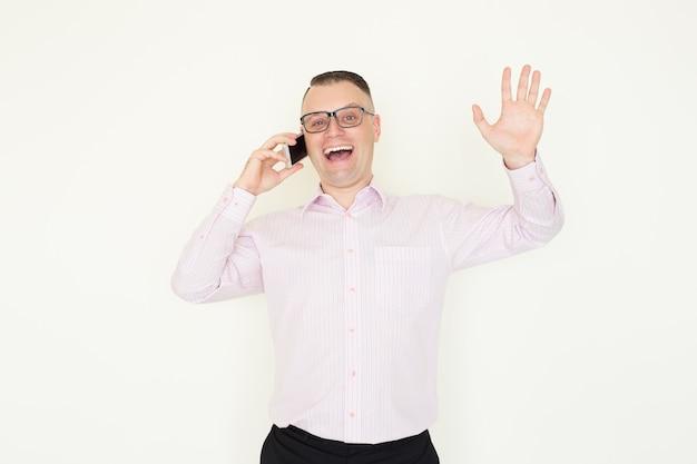 Homme extatique enthousiaste recevant de bonnes nouvelles tout en parlant à un partenaire d'affaires sur le téléphone