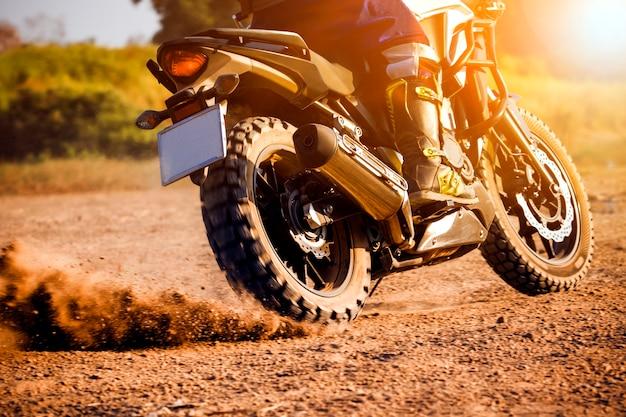 Homme extrême équitation touring enduro moto sur le champ de la saleté
