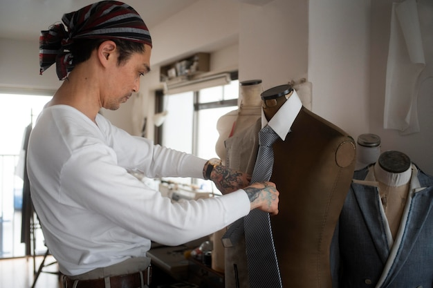 Homme fabriquant des vêtements coup moyen