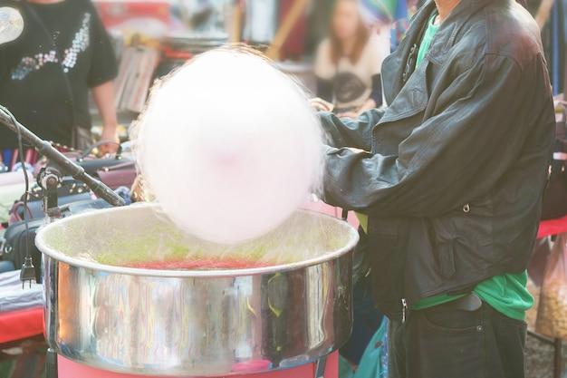 L'homme fabrique du sucre de soie à partir de sucre