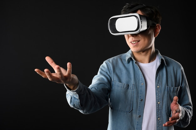 Homme à faible angle avec casque de réalité virtuelle