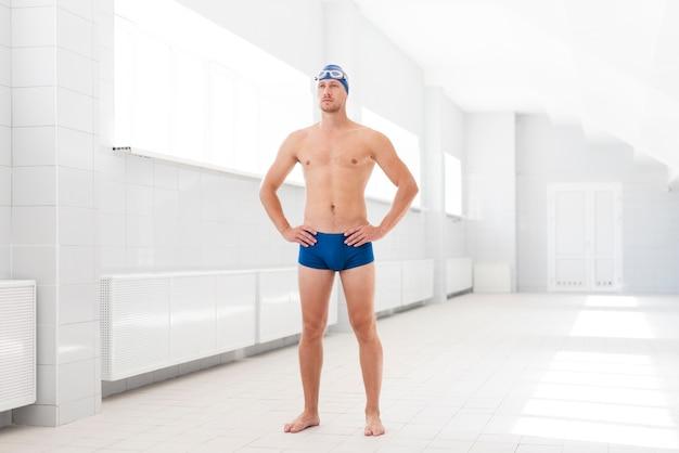 Homme faible angle, debout, à, piscine