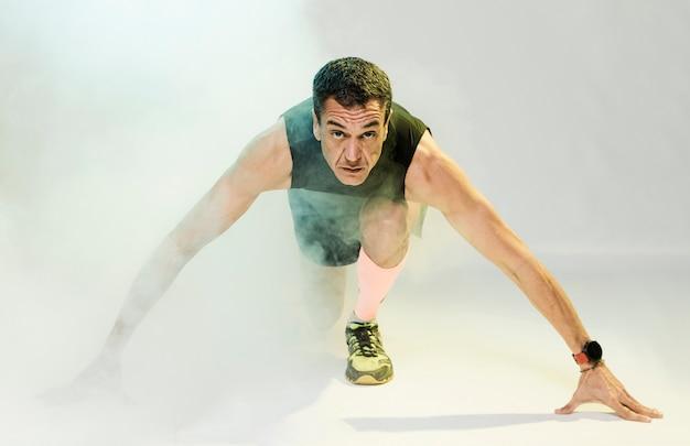 Homme faible angle exerçant