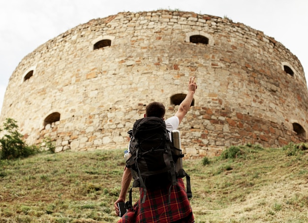 Homme à faible angle explorant les ruines