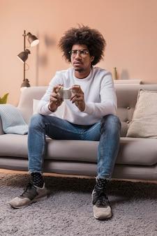 Homme de faible angle jouant à des jeux