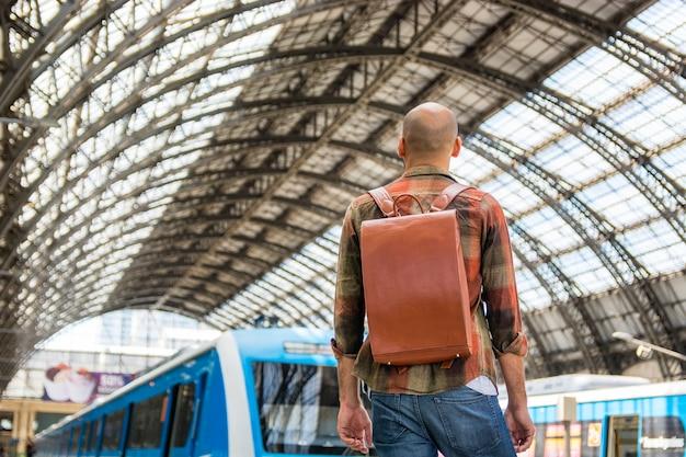 Homme faible angle avec sac à dos