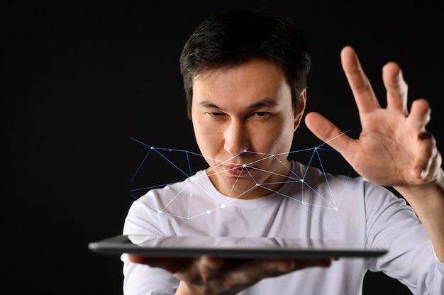 Homme faible angle avec tablette