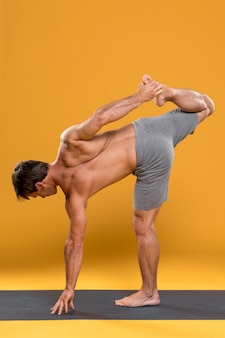 Homme, faire, pose jambe yoga