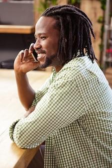 Homme faisant un appel téléphonique