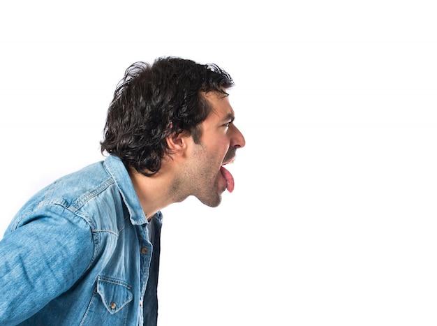 Homme faisant une blague sur un fond blanc isolé