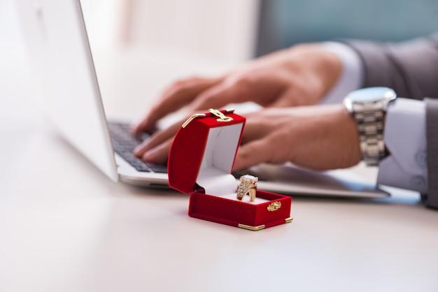 Homme faisant une demande en mariage