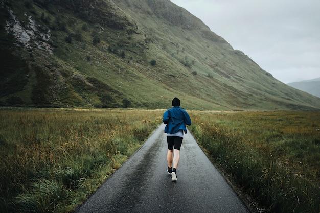 Homme faisant du jogging dans les hautes terres