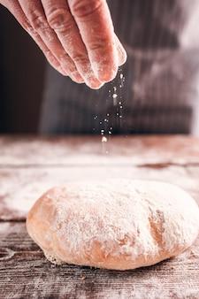 Homme faisant du pain