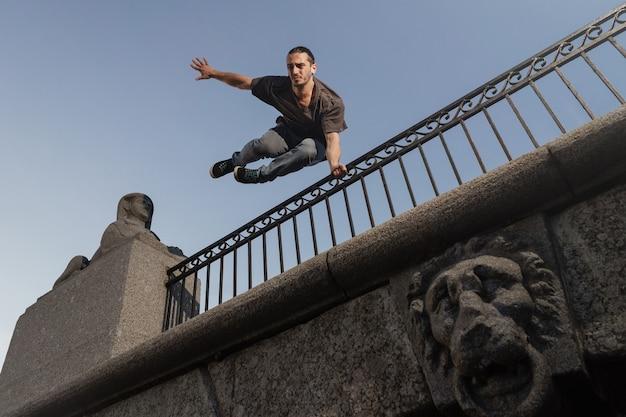 Homme faisant du parkour en ville. athlète pratiquant le freerunning.