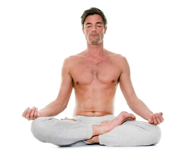 Homme faisant du yoga