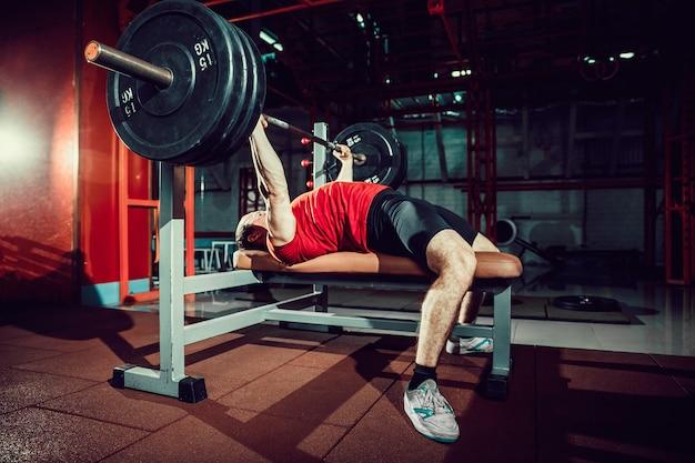Homme faisant un entraînement de développé couché au gym