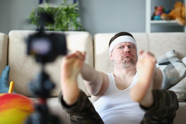 Homme faisant de l'entraînement sportif à la maison et tournage