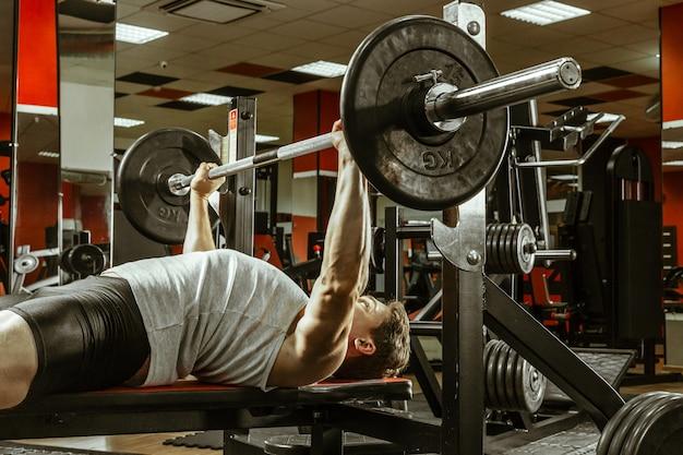 Homme faisant de l'exercice dans la salle de sport locale