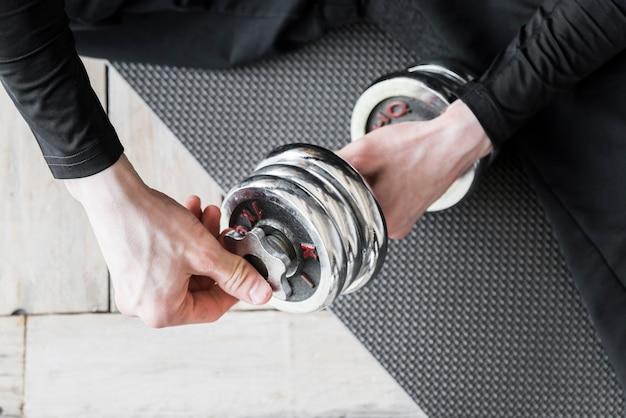 Homme faisant des exercices avec haltère