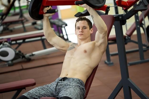 Homme faisant des exercices de poitrine sur une machine de développé couché vertical
