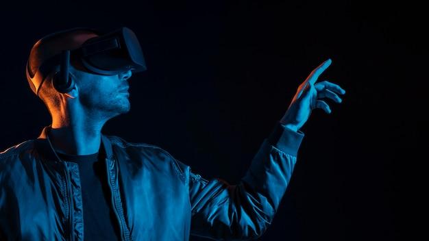 Homme faisant l'expérience de gros plan de réalité virtuelle